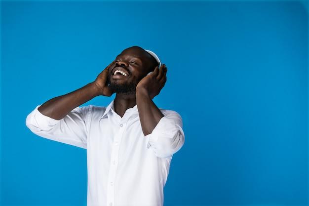 Soddisfatto americano ascoltando musica Foto Gratuite
