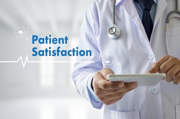 Soddisfazione del paziente con la rete di tecnologia medica di medico di medicina Foto Premium