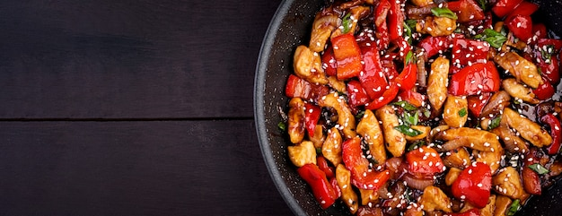 Soffriggere pollo, peperoni e cipolla verde. vista dall'alto. cucina asiatica Foto Gratuite