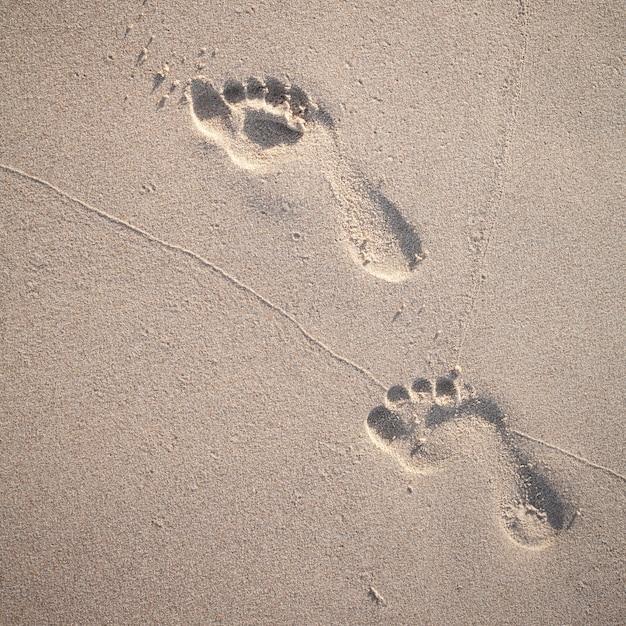 Soft focus e il tono delle orme sulla spiaggia tropicale. Foto Premium