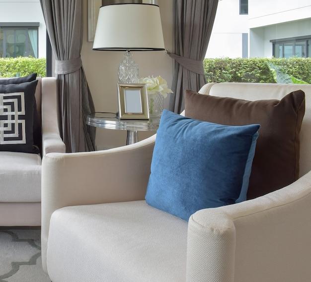 Soggiorno di lusso con divano classico, poltrona e lampada da tavolo decorativa Foto Premium