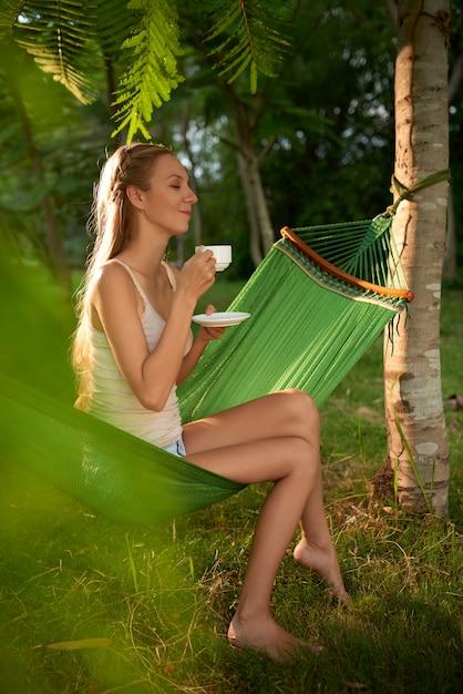 Sognare ad occhi aperti con una tazza di tè Foto Gratuite