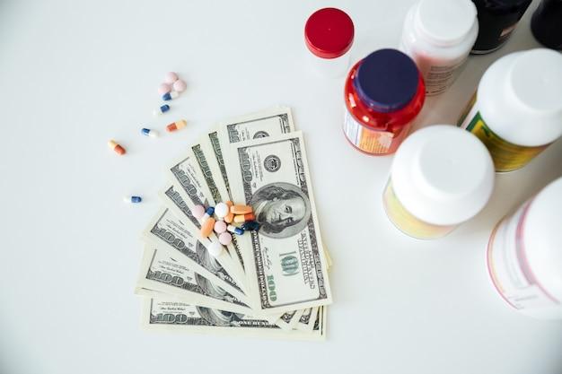 Soldi con pillole e vitamine Foto Gratuite