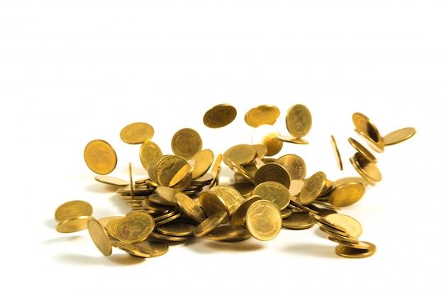 Soldi di caduta delle monete di oro isolati sul bianco Foto Premium