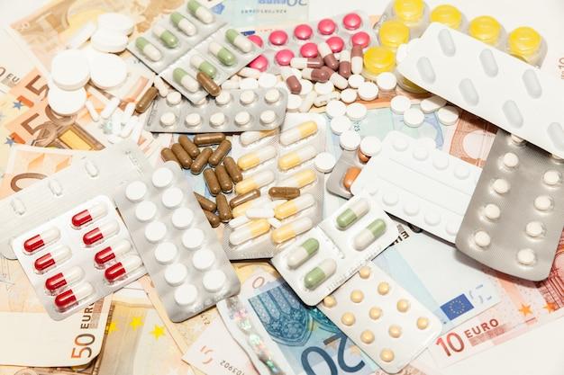 Soldi di farmaci per la salute Foto Premium