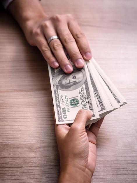 Soldi di pagamento dell'uomo d'affari - fatture del dollaro degli stati uniti (usd) Foto Premium
