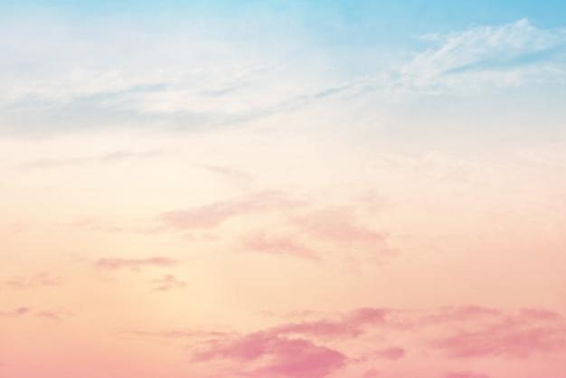 Sole e nuvole sullo sfondo con un colore pastello Foto Premium