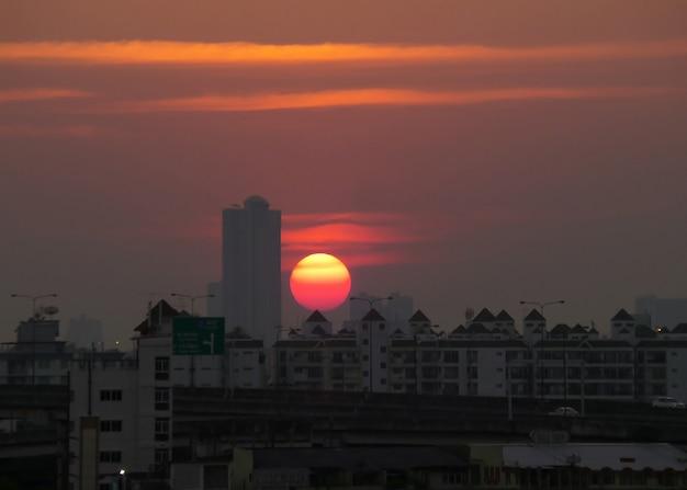 Sole vibrante che tramonta sugli edifici urbani di bangkok, in thailandia Foto Premium
