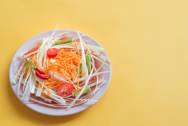 Som tam salat tipico in thailandia (cibo vegetariano) Foto Premium