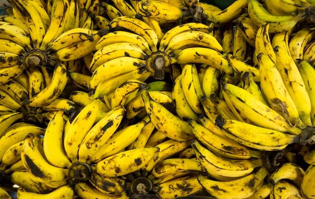 Sopra il fondo maturo delle banane nel mercato Foto Premium