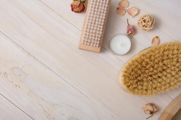 Sopra la cornice con oggetti da bagno su fondo in legno Foto Gratuite