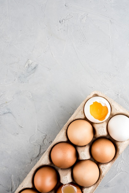 Sopra la vista cornice di uova con copia-spazio Foto Gratuite