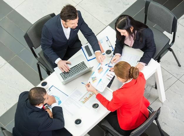 Sopra la vista del team di business sono seduti attorno al tavolo. Foto Premium