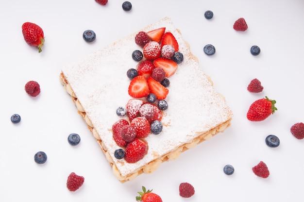 Sopra la vista di torta di fiocchi di bacche con guarnizione di zucchero a velo Foto Gratuite