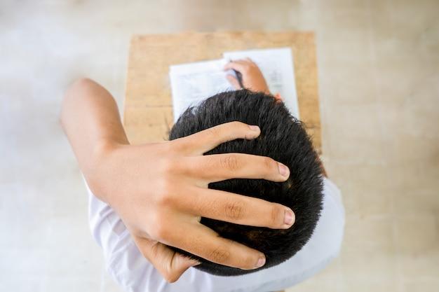 Sopra la vista sulla testa mal di testa spettacolo di apprendimento annoiato studente e esame di prova Foto Premium