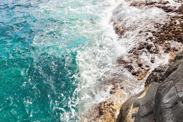 Sopra le onde di vista sulla costa rocciosa Foto Gratuite