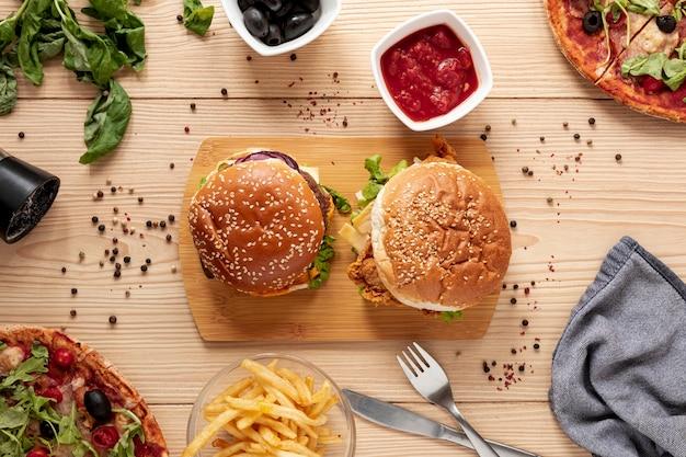 Sopra vista accordo con deliziosi hamburger Foto Gratuite