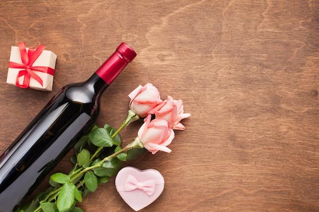 Sopra vista assortimento con rose e vino Foto Gratuite