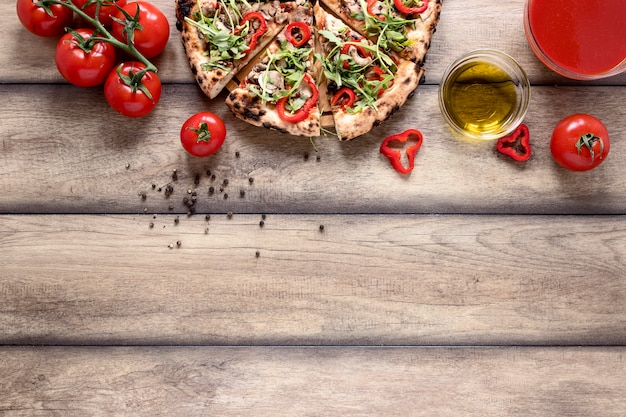 Sopra vista fette di pizza con condimenti Foto Gratuite