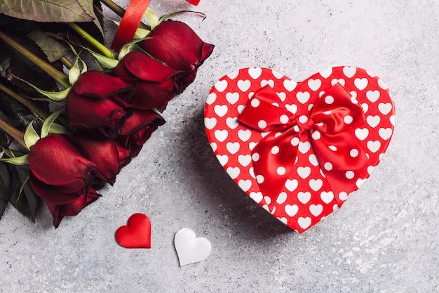 Sorpresa di forma del cuore del contenitore di regalo della rosa rossa di giorno di madri delle donne di giorno di biglietti di s. valentino Foto Gratuite