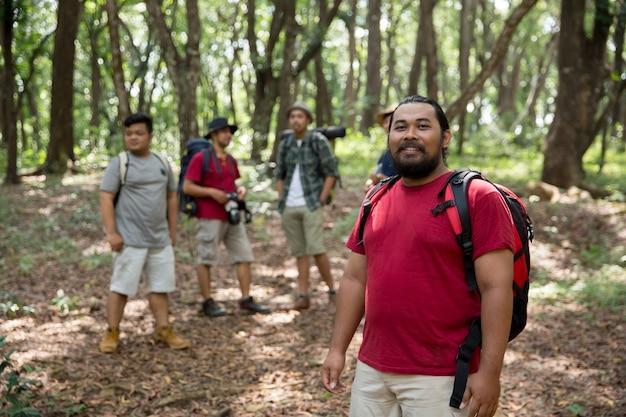 Sorridendo mentre fa un'escursione nella foresta Foto Premium