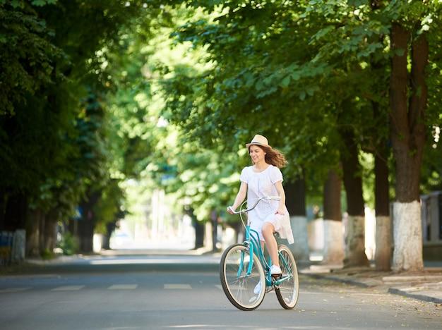 Sorridente bici da equitazione femminile Foto Premium