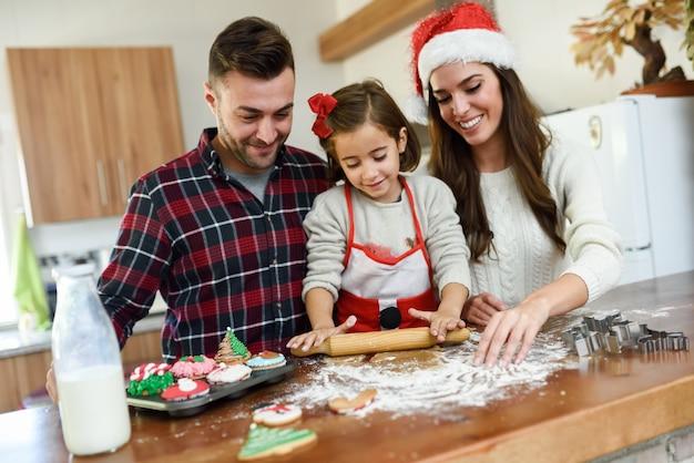 Sorridente famiglia decorare biscotti di natale in cucina - Decorare la cucina per natale ...
