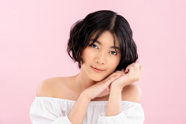 Sorridente giovane donna bella asiatica con acconciatura corta coreano Foto Premium