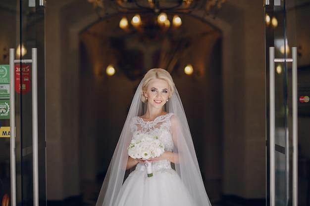Sorridente sposa con il bouquet Foto Gratuite