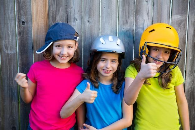 Sorridere del ritratto delle ragazze del bambino di sport della sorella e degli amici felice Foto Premium