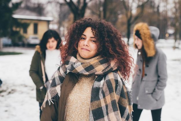 Sorridere della giovane donna del ritratto Foto Premium