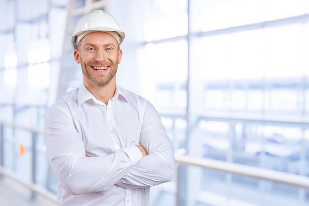 Sorridere felice dell'architetto del giovane uomo d'affari Foto Premium