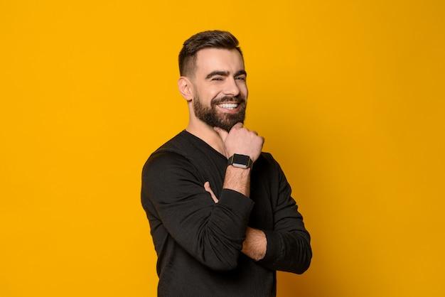 Sorridere sicuro barbuto bello dell'uomo isolato Foto Premium
