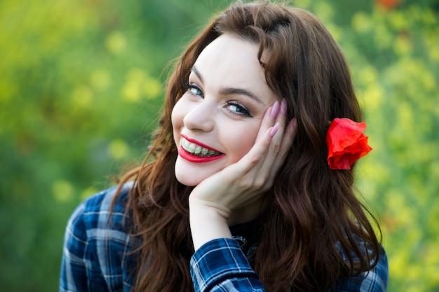 Sorriso sano, bello, adolescente carino con apparecchi ortodontici sorridenti. ritratto di una donna con apparecchio ortodontico. donna lavarsi i denti con dentifricio. Foto Premium