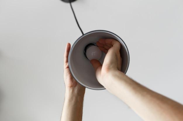 Sostituzione della lampadina per lampadina a led nella lampada da terra Foto Premium