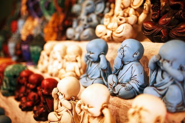 Souvenir di divinità indiane sul bancone del mercato notturno per i turisti Foto Premium