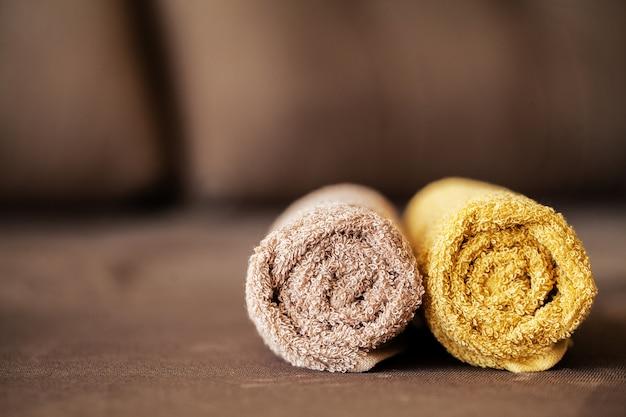 Spa al cioccolato. asciugamano marrone della composizione nella camera di albergo del trattamento della stazione termale Foto Premium