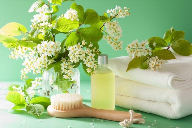 Spa aromaterapia con asciugamano pennello olio essenziale di fiori di ciliegio uccello Foto Premium