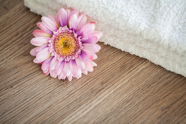 Spa. asciugamani di cotone bianco uso nel bagno spa. asciugamano . foto per hotel e sale massaggi. purezza e morbidezza. asciugamano tessile Foto Premium
