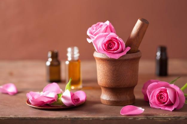 Spa con mortaio di fiori di rosa e olio essenziale Foto Premium