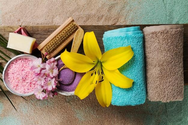 Spa concept. vista dall'alto di bellissimi prodotti spa con posto per il testo. olio essenziale con bellissimi fiori, asciugamani, sale termale e sapone fatto a mano. Foto Gratuite