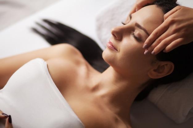 Spa face massage. trattamento facciale. spa salon. terapia Foto Premium