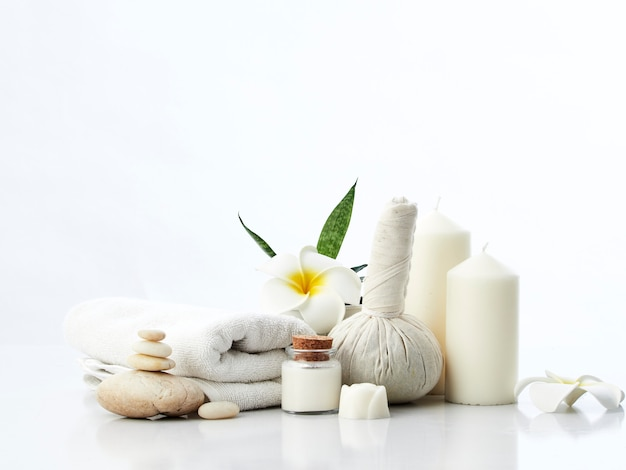 Spa massage concept, impacco alle erbe, crema, sapone ai fiori, candela profumata Foto Premium
