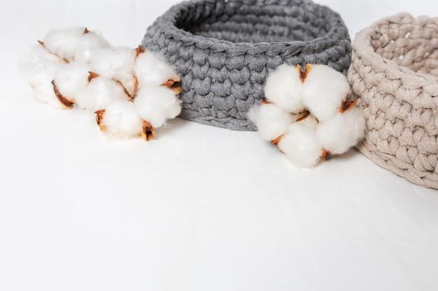 Spa set. concetto di spa con scatola a maglia, fiori di cotone. Foto Premium
