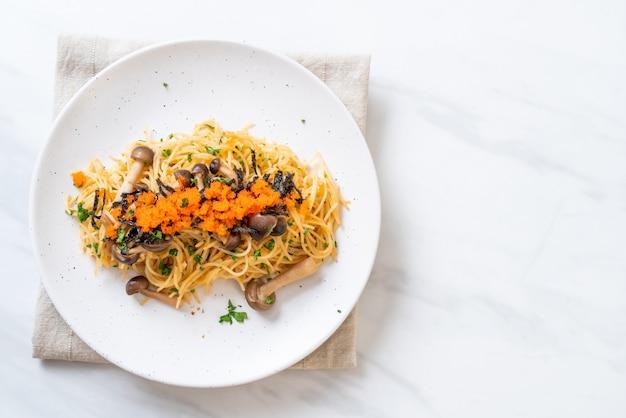 Spaghetti ai funghi, uovo di gamberetti e alghe Foto Premium