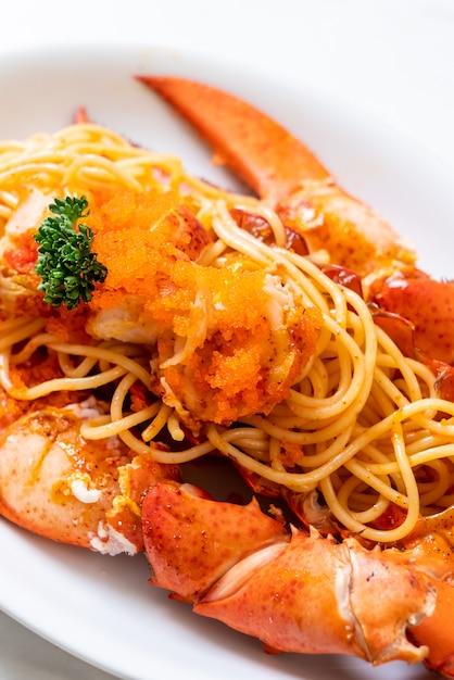 Spaghetti all'astice con uovo di gamberetti Foto Premium