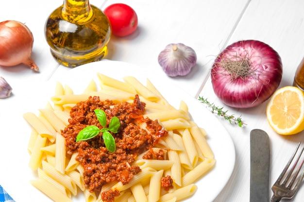 Spaghetti alla bolognese con ingredienti Foto Premium