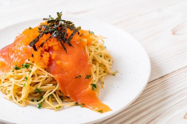 Spaghetti con salmone affumicato e gamberi all'uovo Foto Premium