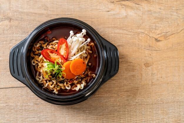 Spaghetti coreani istantanei in ciotola nera Foto Premium