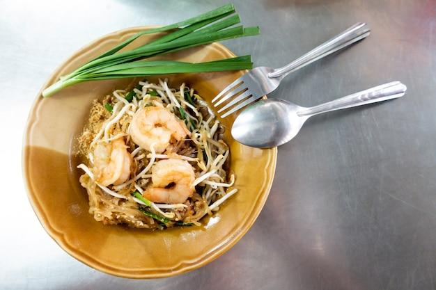 Spaghetti di riso con gamberi e verdure close-up sul tavolo. vista dall'alto di un orizzontale Foto Premium